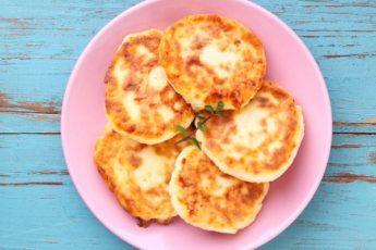 Рецепт интересных и очень вкусных яблочных сырников 1
